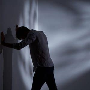 לחץ נפשי בצבא- איש עומד מיואש מול קיר