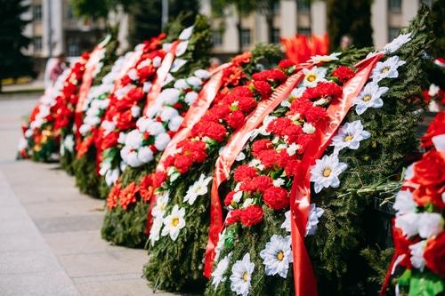 משפחות שכולות מניחות זר פרחים על קבר יקירהם