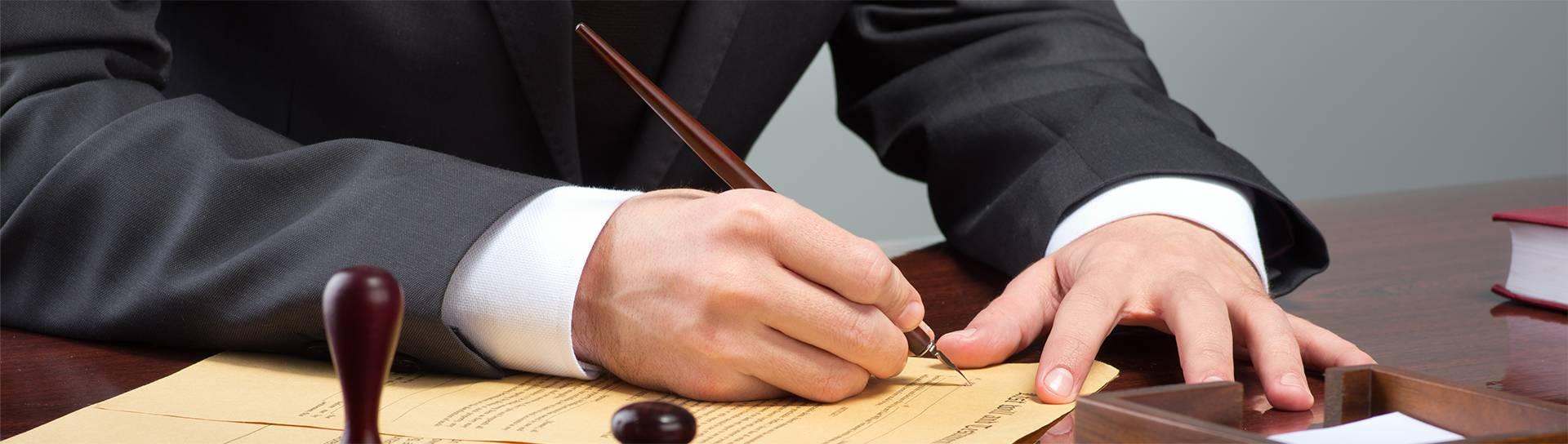 עורך דין משרד הביטחון חותם על מסמך חשוב