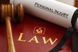 עורך דין תאונות עבודה בבת ים תמונת אווירה של ספר ופטיש