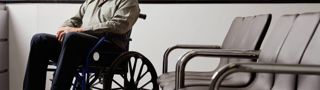 איש על כיסא גלגלים אצל עורך דין ביטוח לאומי בראשון לציון