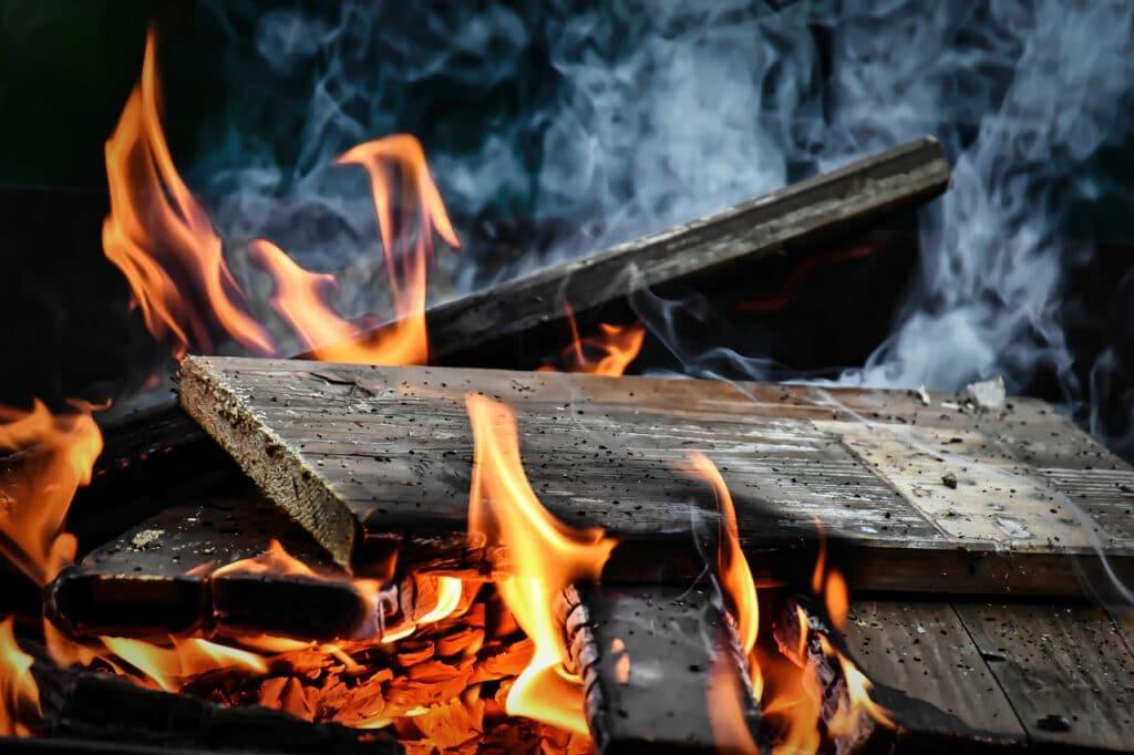 עצים נשרפים שגרמו לכווויות במהלך השירות הצבאי
